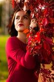 妇女在秋天公园 免版税库存照片