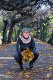 妇女在秋天公园 库存图片