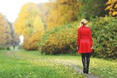 妇女在秋天公园 图库摄影