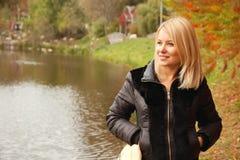 妇女在秋天公园 免版税库存图片