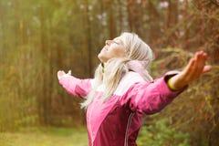 妇女在秋天呼吸新鲜空气户外 库存照片