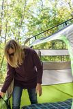 妇女在秋天的安装帐篷 库存图片