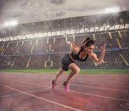 妇女在种族跑到体育场 免版税库存图片
