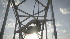 妇女在空中杂技的圆环垂悬颠倒,不用手并且做麻线 影视素材