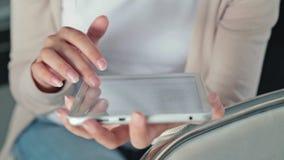 妇女在空的会场使用她新的数字式个人计算机片剂 股票视频