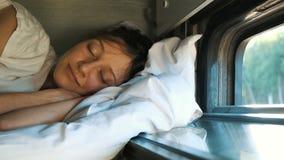妇女在第二个架子的火车睡觉在与开放的窗口的夏天 影视素材