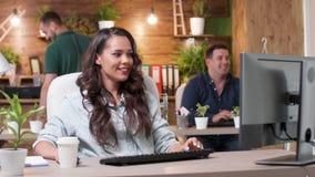 妇女在繁忙的办公室工作 股票视频