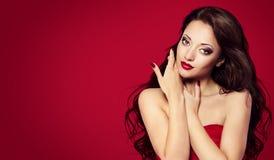 妇女在红色的面孔钉子,时装模特儿构成秀丽画象 免版税库存图片