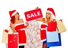 妇女在红色短的礼服和圣诞老人帽子藏品 库存图片
