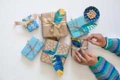 妇女在纸带的卡拉服特的组装礼物 在视图之上 免版税库存照片