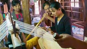 妇女在纺织品工厂工作 免版税库存照片