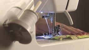 妇女在缝纫机的裁缝工作 影视素材
