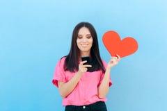 妇女在网上发现互联网爱的藏品智能手机 免版税库存照片
