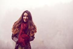 妇女在美丽的秋天公园,概念秋天 库存照片