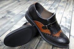 妇女在老木桌上的` s鞋子 免版税库存照片