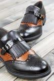 妇女在老木桌上的` s鞋子 免版税库存图片
