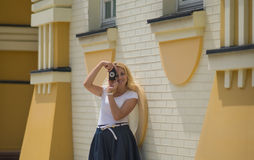 妇女在老照相机做照片 免版税库存照片
