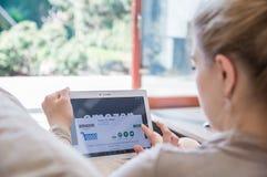 妇女在联想片剂安装亚马逊应用 库存图片