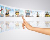 妇女在背景楼房建筑 手指 免版税库存图片