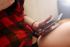 妇女在胳膊工作的举行膝上型计算机 免版税库存图片