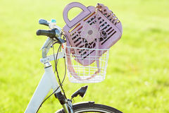 妇女在自行车篮子sloseup的手袋 库存图片