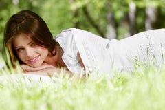 妇女在草醒 库存图片