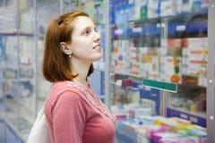 妇女在药房药房 免版税库存图片