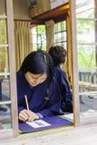 妇女在著名Kiyomizu dera寺庙的文字魅力 库存图片
