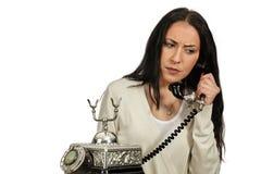 妇女在葡萄酒电话里说 她担心 免版税库存图片