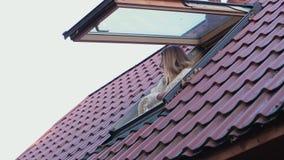 妇女在街道上打开房子神色的窗口并且关闭它 股票视频