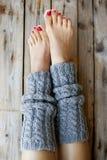 妇女在被编织的legwarmers的` s腿 免版税库存照片