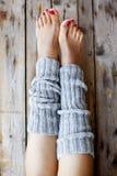 妇女在被编织的legwarmers的` s腿 免版税库存图片