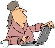 妇女在计算机上的观察内容 库存图片