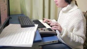妇女在计算机写音乐 数字式钢琴密地键盘 股票视频
