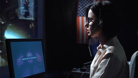 妇女在计算机在飞行中控制中心 影视素材
