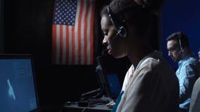 妇女在计算机在飞行中控制中心 股票录像