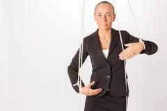 妇女在象牵线木偶的一条绳索暂停 免版税图库摄影