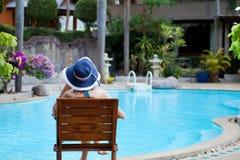 妇女在豪华温泉旅馆里 免版税库存照片