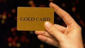妇女在赌博娱乐场递拿着金卡片,VIP客户的好处,赌博 股票录像
