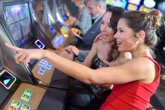 妇女在赌博娱乐场 免版税库存图片
