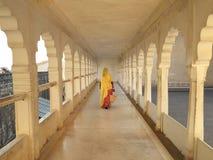 妇女在走廊,乔德普尔城,印度 免版税库存图片