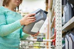 妇女在超级市场买机器润滑油 库存图片