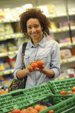 妇女在超级市场买果子和食物 免版税库存照片