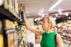 妇女在超级市场的购物杂货 免版税图库摄影