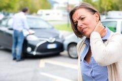 妇女在车祸以后的感觉痛苦在城市 免版税库存图片