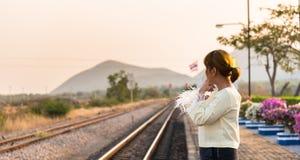 妇女在铁路平台的等待火车 泰国 免版税库存图片