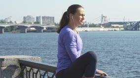 妇女在锻炼前舒展她的腿 股票录像