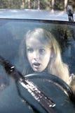 妇女在雨中的驾驶一辆汽车 库存图片