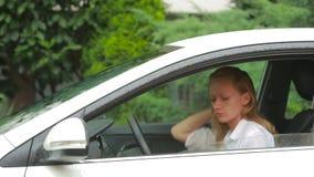 妇女在雨中进入汽车 穿戴安全带 股票视频
