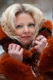 妇女在雪冬天森林里 免版税库存图片